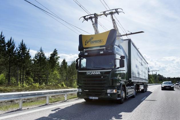 電動の大型トラックが走りながら充電できる電気道路をスウェーデンが試験中