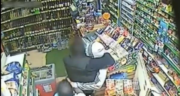 強すぎるコンビニ店員が凶器を振り回して暴れる強盗をチョークスリーパーで瞬殺!【動画】
