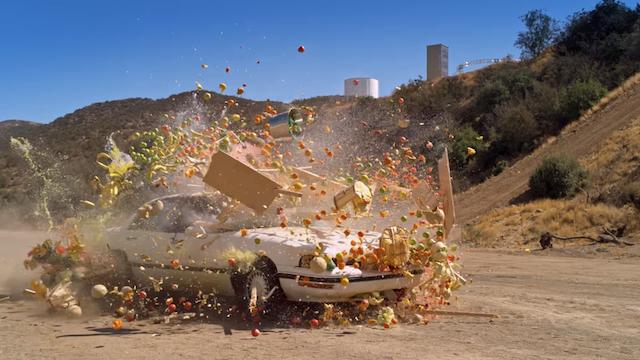 Superzeitlupe: Auto gegen Obststand