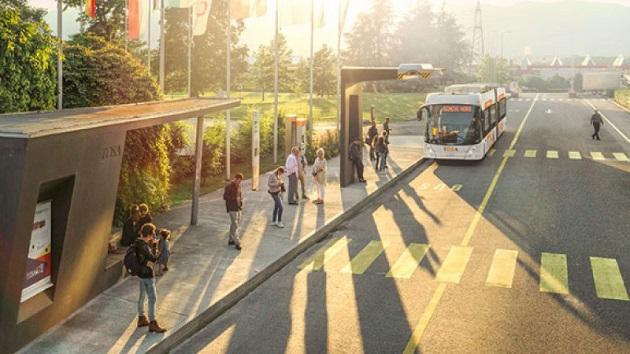 15秒で急速充電が可能な電動バス、ジュネーブの空港~郊外間で運行へ
