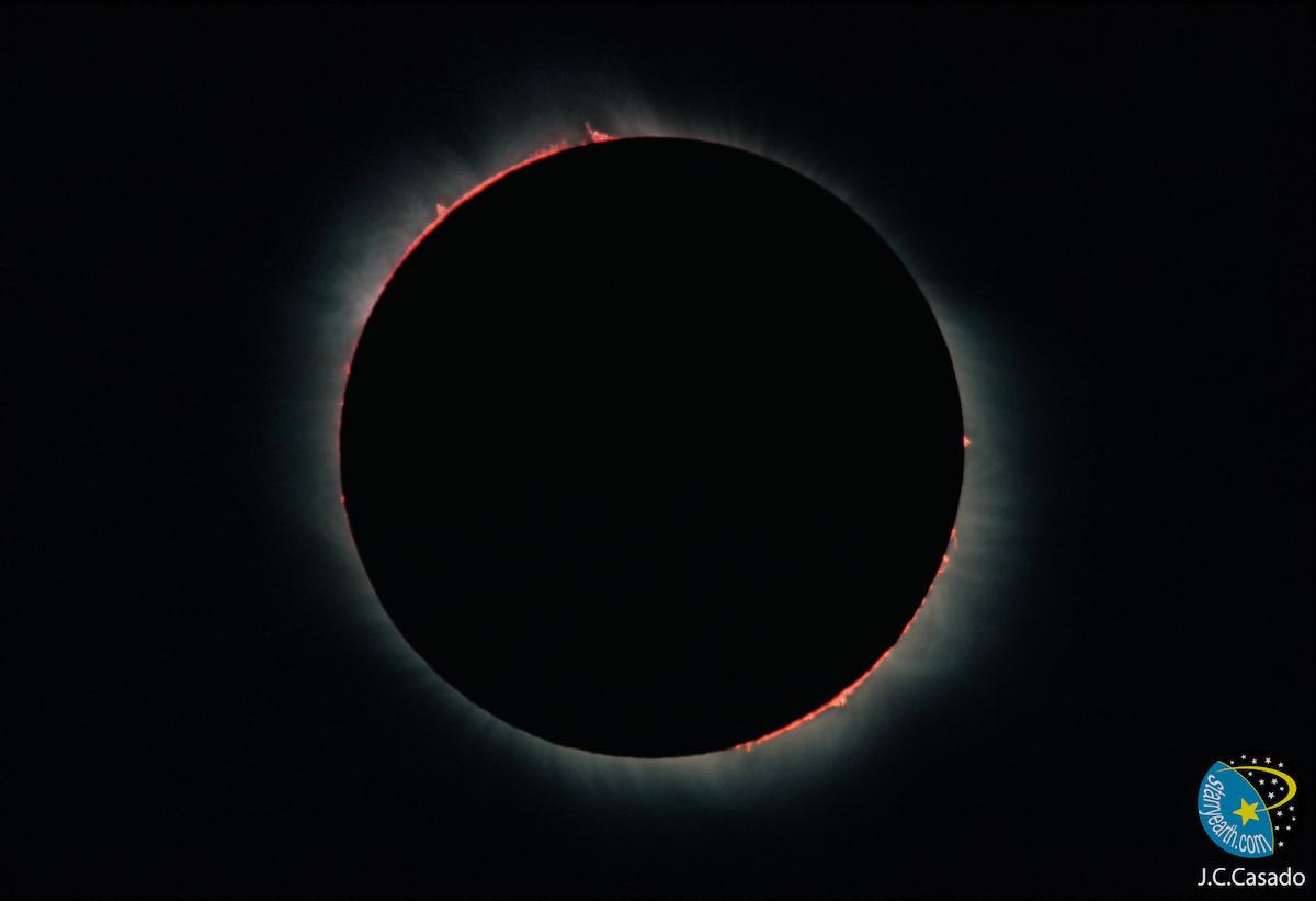 Sigue el eclipse solar total de hoy cómodamente desde casa