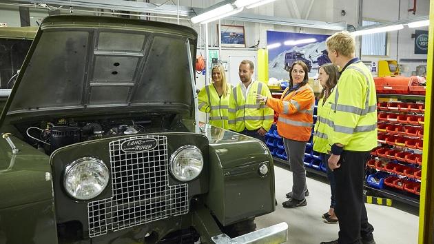 ランドローバー、英国ソーリハル工場でレストア見学やオフロード走行体験を提供