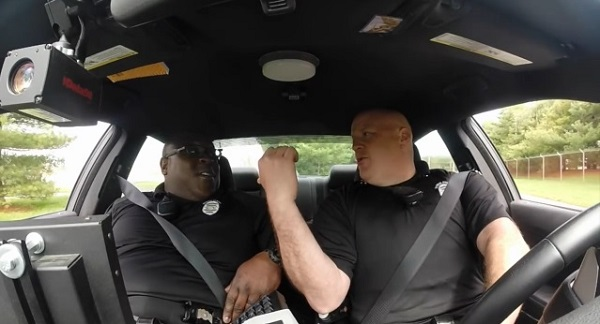 テイラー・スウィフトをノリノリで歌う話題の警官に相棒がいた!デュオで新曲を披露