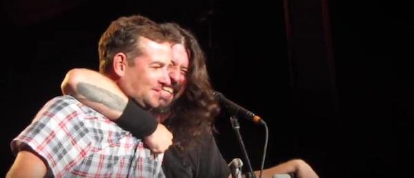ロック界最高のただの良いヤツ!フー・ファイターズのデイヴ・グロール、泣いてるファンをステージに上げて一緒に歌いあげる!【動画】