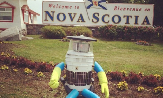 Hitchbot thumbs rides across Canada, makes human friends