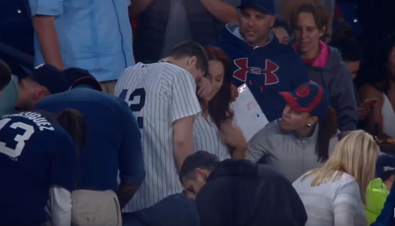 試合中に野球場でプロポーズ! しかし思わぬハプニングが彼氏を襲う・・・