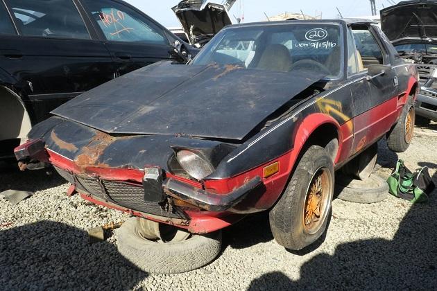 イタリア製の小さなミドシップ・スポーツカー、フィアット「X1/9」を廃車置場で発見