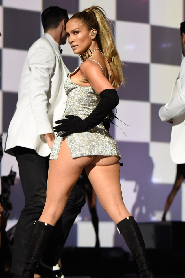 Jennifer Lopez flashes flesh at Fashion Rocks 2014