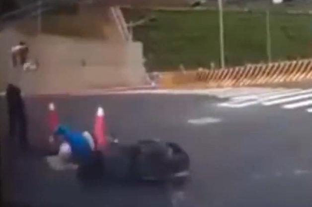 【ビデオ】スクーターのライダーが見事(!?)なホールインワン!