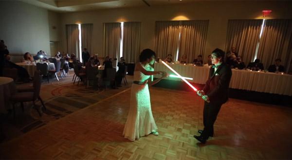 結婚式にライトセーバーでチャンバラするオタクな新郎新婦が話題に「理想のカップルすぎる」【動画】