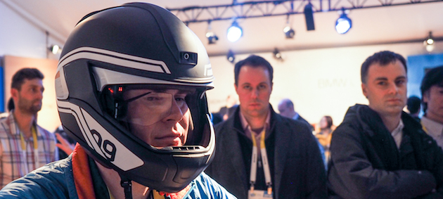 BMWs futuristischer Helm mit Display und Kamera