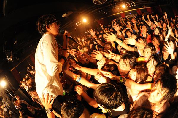 BLUE ENCOUNT、全国ツアーのステージでメジャーデビューを発表!