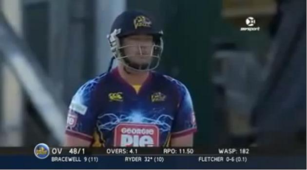 【ビデオ】クリケットの球が場外に停めてあったアナウンサーのクルマに直撃!