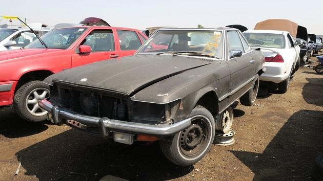 かつて一世を風靡した1972年型メルセデス・ベンツ「350 SL」を廃車置場で発見