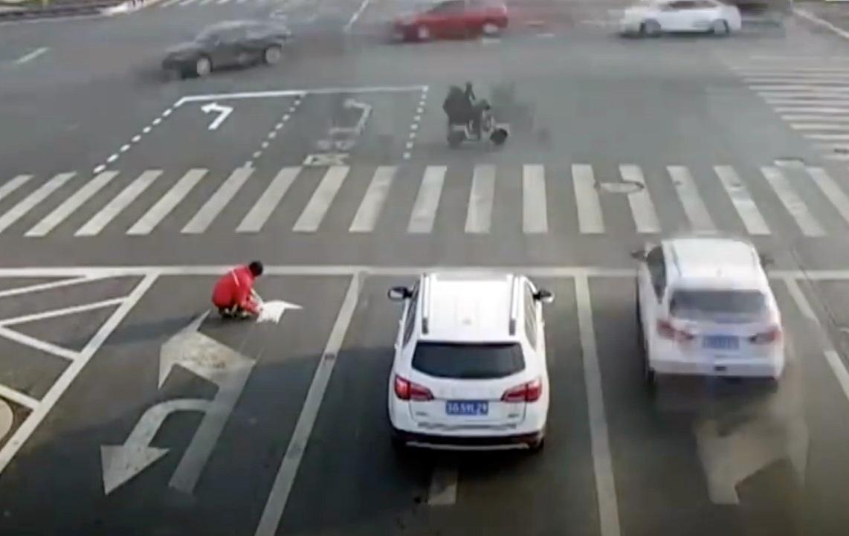Street Art China: Pendler pinselt Fahrbahnmarkierung um