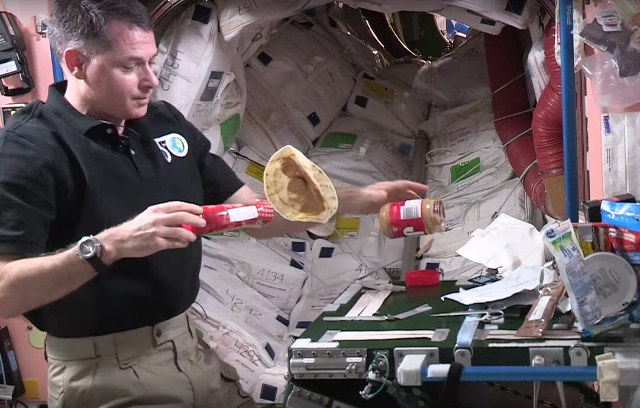 Gutenacht-Video: Schwerelos Erdnussbutter-Marmelade-Stulle schmieren