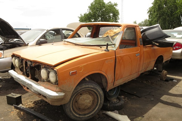小型ピックアップ・トラックの傑作、1978年型トヨタ「ハイラックス」を廃車置場で発見