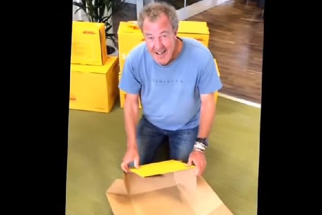 【ビデオ】新生『トップギア』より「ジェレミー・クラークソンがDHLの箱の組み立てに苦戦する映像の方が面白い」とネットの声