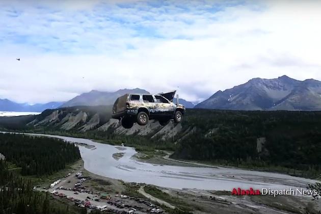 【ビデオ】花火よりもわくわくする! アラスカ州の町で独立記念日を祝うために行われるクルマ飛ばしイベント