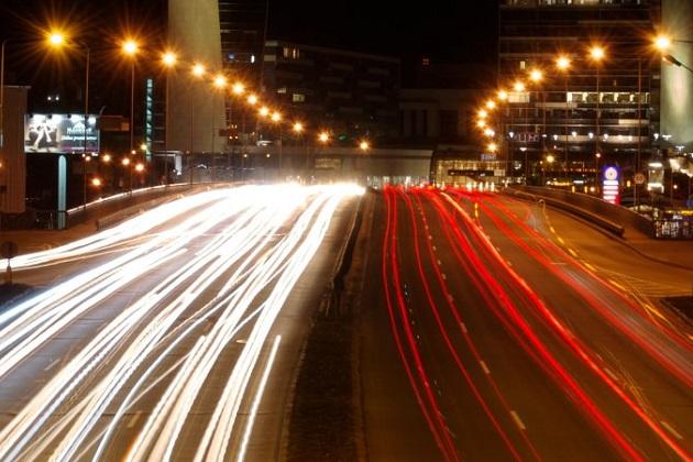 走行中の電気自動車に道路からワイヤレスで充電するシステムの実験が、英国で年内に開始