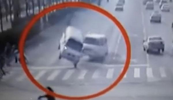 中国の道路で自動車3台が突然浮き上がる!?謎の怪奇現象が話題に【動画】
