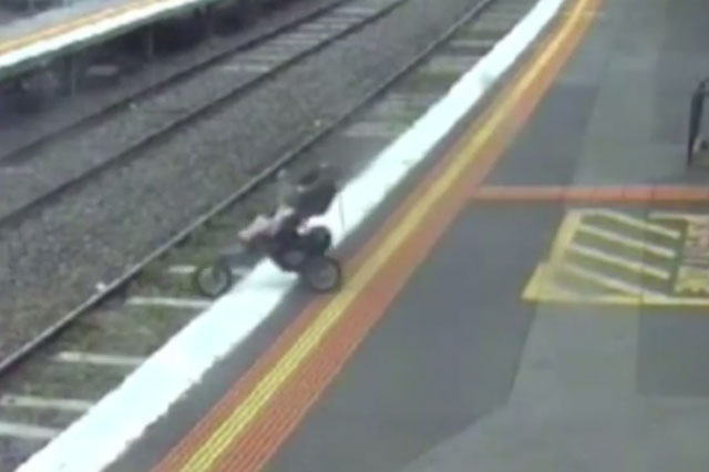 Toddler's buggy rolls onto the tracks at railway station (Video)