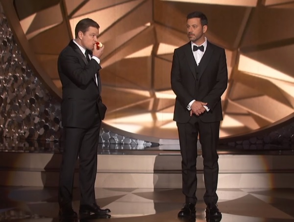 マット・デイモンが米エミー賞授賞式にリンゴをかじりながら登場www 司会者をイジり倒す【動画】
