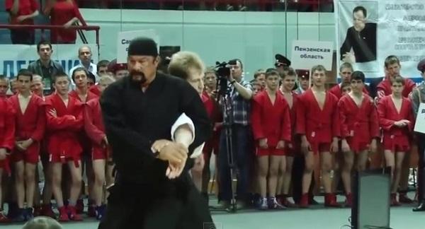 スティーブン・セガールがロシアで「セガール拳」炸裂 動かずに相手が勝手に倒れていく!