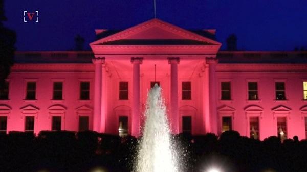 ホワイトハウス、乳がん啓発月間のためピンク色にライトアップ!
