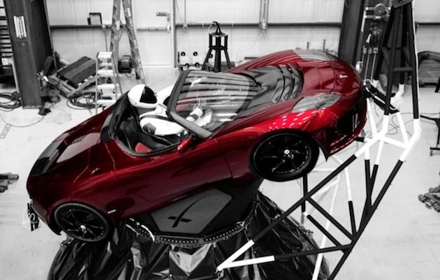 イーロン・マスク、ロケットで宇宙へ打ち上げる愛車のテスラ「ロードスター」に「スターマン」を乗せる