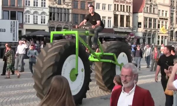 重さ860キロ!トラクターのタイヤを装着した世界一重い自転車がなんか強そう【動画】