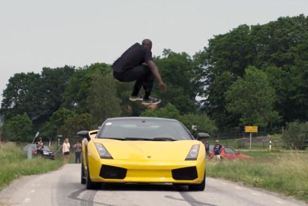 【ビデオ】「時速130kmで向かってくるランボを飛び越える」という驚愕のスゴ技!