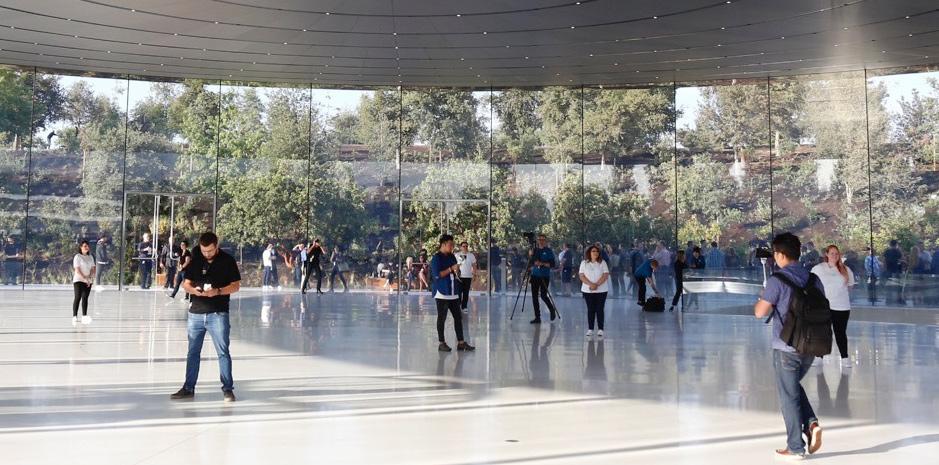 Schwer symbolisch? Apple-Mitarbeiter laufen gegen Glaswände