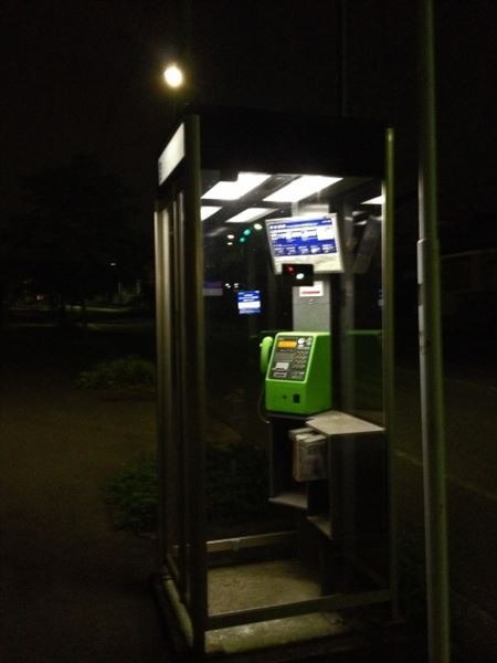 電話ボックスから発見された100万円に様々な憶測