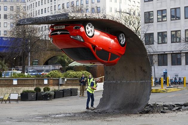 逆さでもなぜか落ちない! ボグゾールの不思議アートがロンドンに出現!