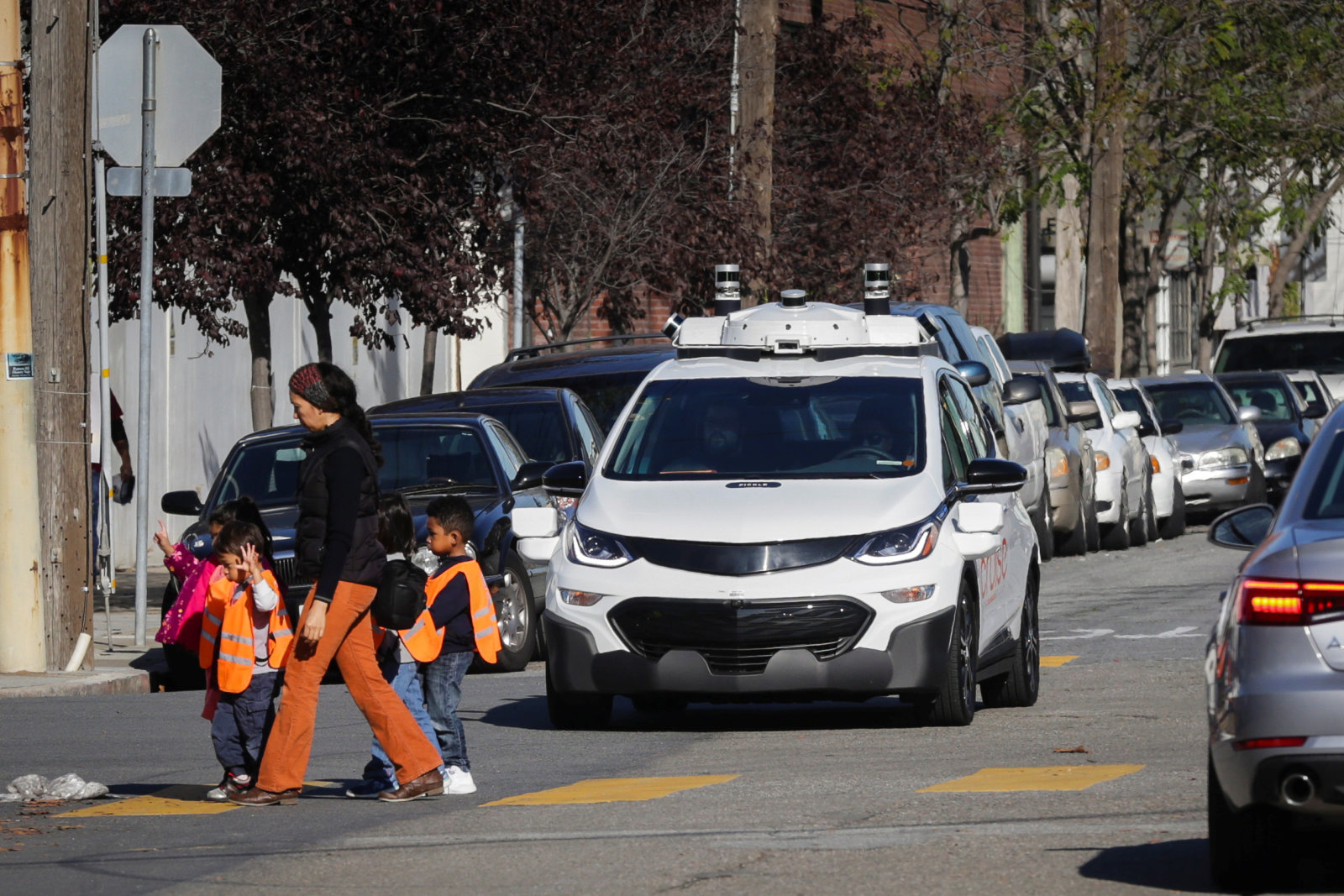 Children pass by a self-driving Chevy Bolt EV car during a media event by Cruise, GM's autonomous car unit,  in San Francisco, California, U.S. November 28, 2017. REUTERS/Elijah Nouvelage