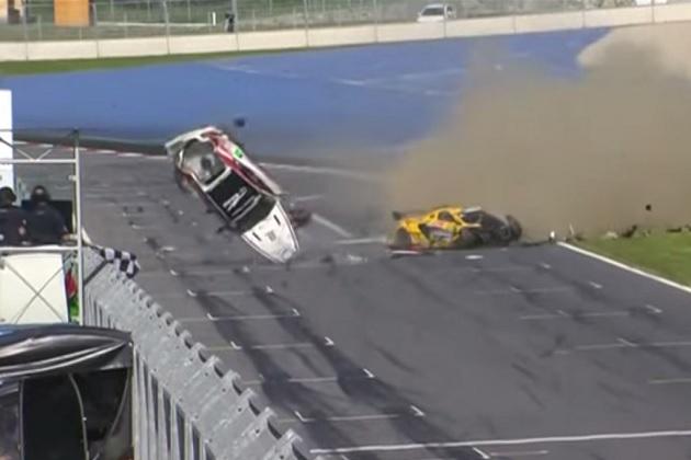 【ビデオ】GT4シリーズでゴール直前のマシン2台が宙を舞う大クラッシュが発生!