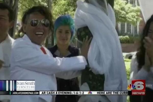 これで何回目?!またしても公園の木と結婚式を挙げた男性