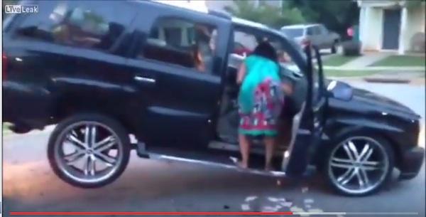 車がレッカーされた!→怒る女性が暴れまくって車を破壊、ヒドすぎると話題に【動画】
