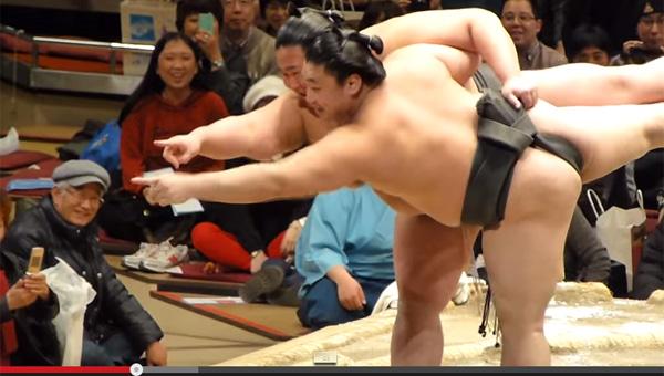 蹴り、スリッパ叩き、ラリアットとなんでもアリ!相撲界伝統のコント「初切」とは?