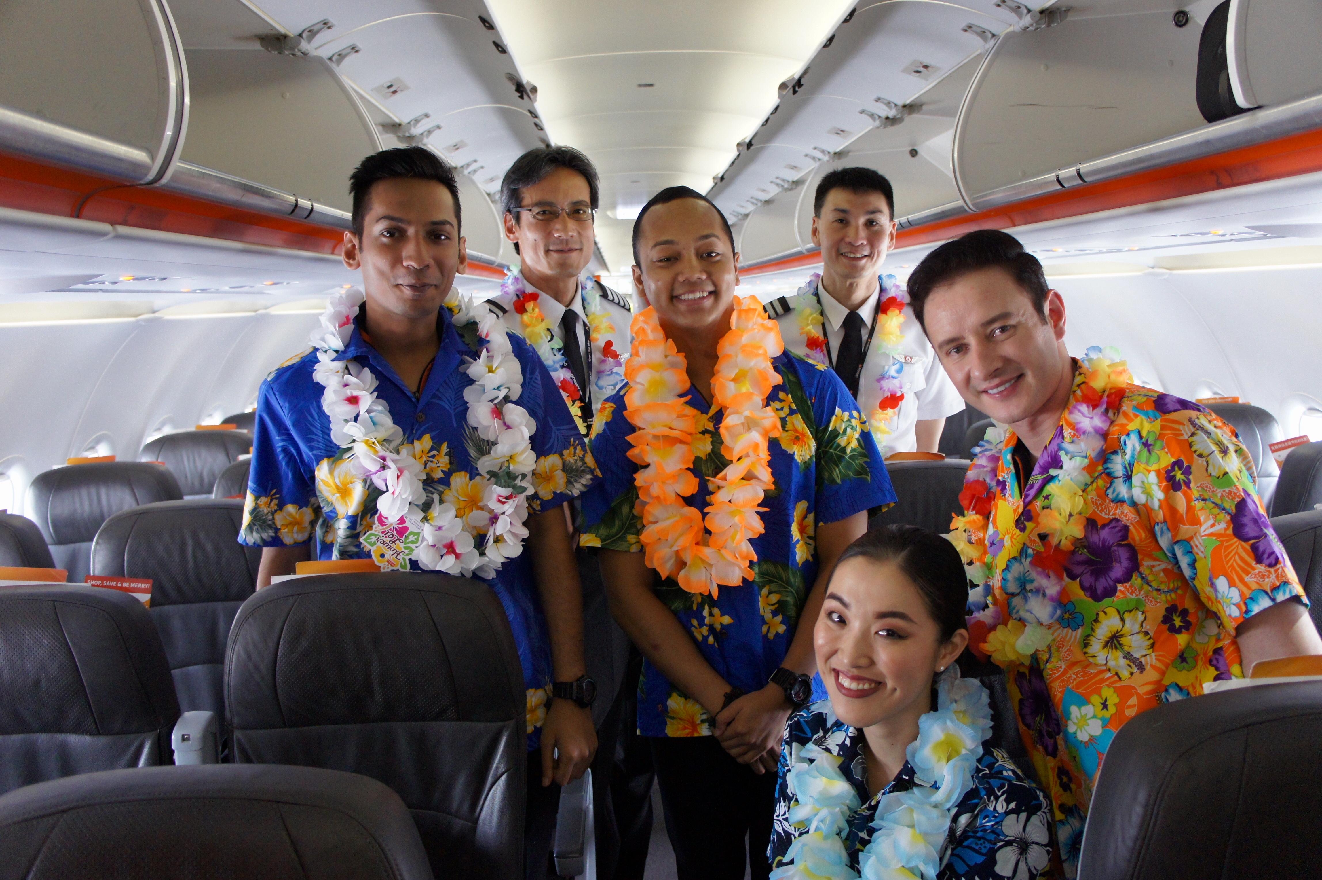 ジェットスター・アジア航空、那覇発初便の操縦士と乗務員ら。沖縄からのシンガポール線利用を呼び掛けた=11月17日、シンガポール・チャンギ空港