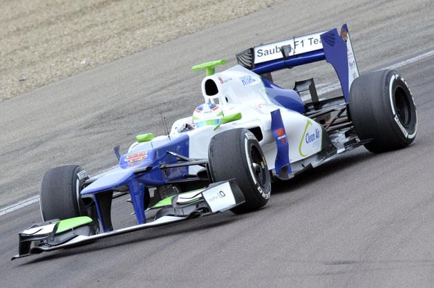 【ビデオ】女性ドライバー、シモーナ・デ・シルヴェストロ選手が初のF1テスト走行!