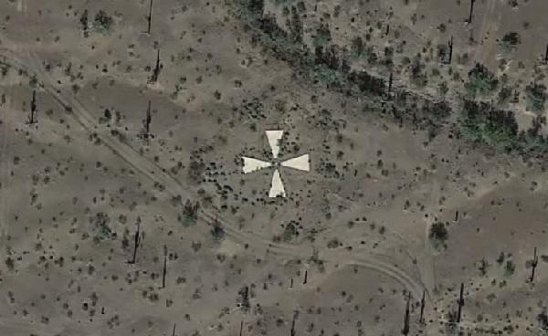 米アリゾナの砂漠に点在する謎の「X形」の物体・・・その正体とは!?