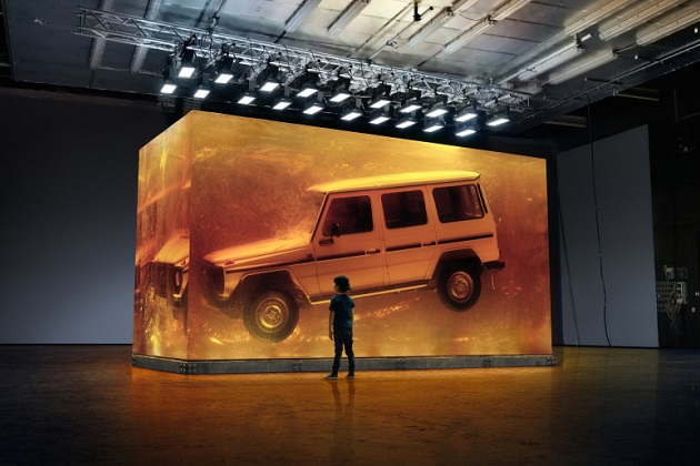 メルセデス・ベンツ、初代「Gクラス」を閉じ込めた巨大な琥珀色のブロックを北米国際オートショーに展示