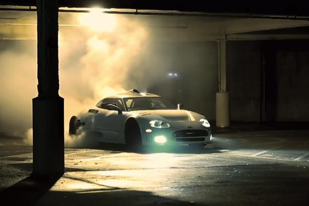 【ビデオ】希少なスパイカー「C8」が、タイヤスモークを上げドーナツターン!