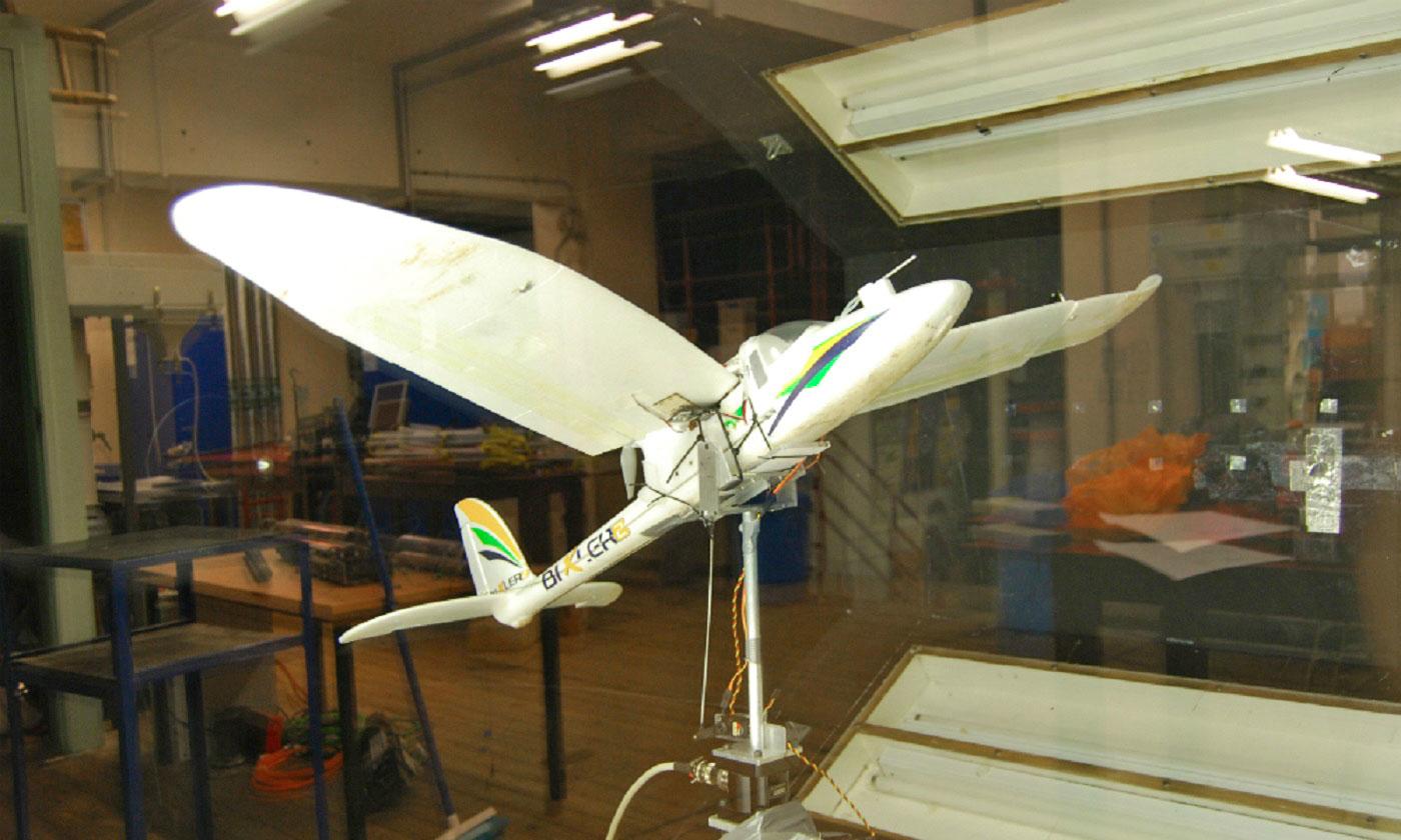 鳥のような翼のドローン