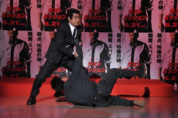 【動画】藤岡弘、(68歳)が12人をフルボッコにして、火薬段ボールに車でツッコむ!
