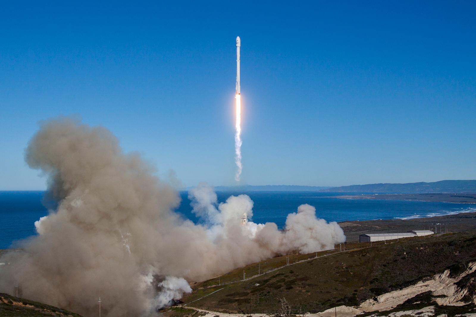 Llegó la hora: SpaceX enviará dos turistas a la Luna el año que viene