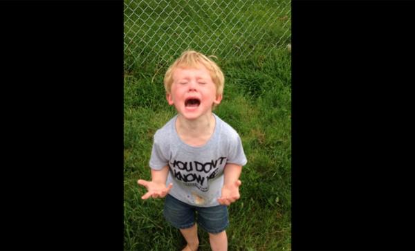 犬のウンチを踏んじゃって、世界の終わりのように号泣する子供が可愛すぎる【動画】