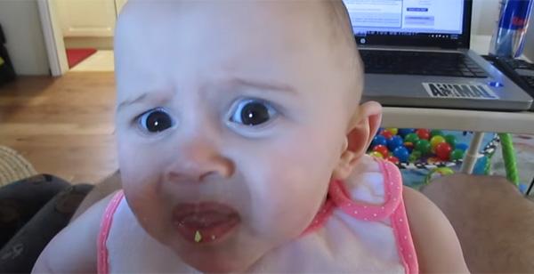 「なんじゃこりゃあー!」赤ちゃんが生まれてはじめての食感にスゴい顔になる【動画】